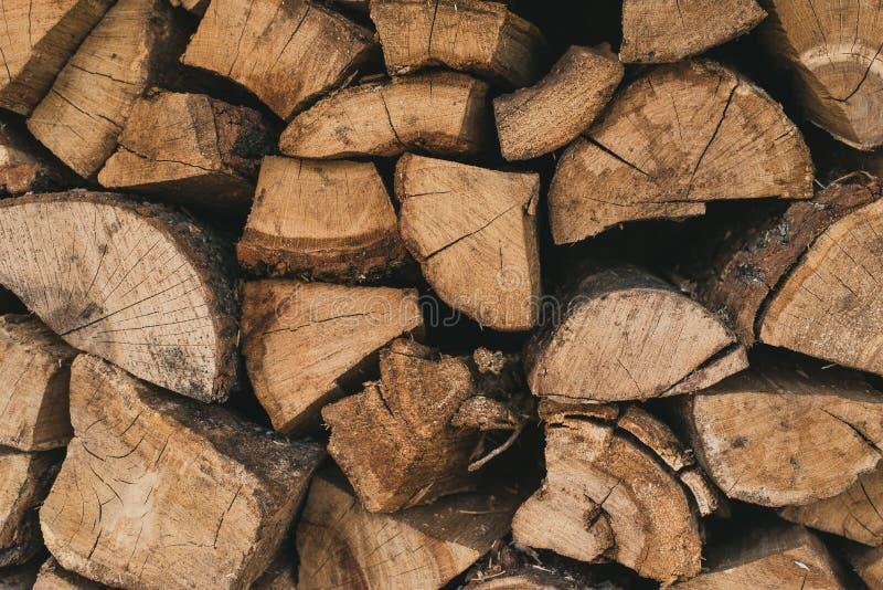 Brandhout en logboeken voor het branden De houten logboeken liggen op elkaar stock foto's