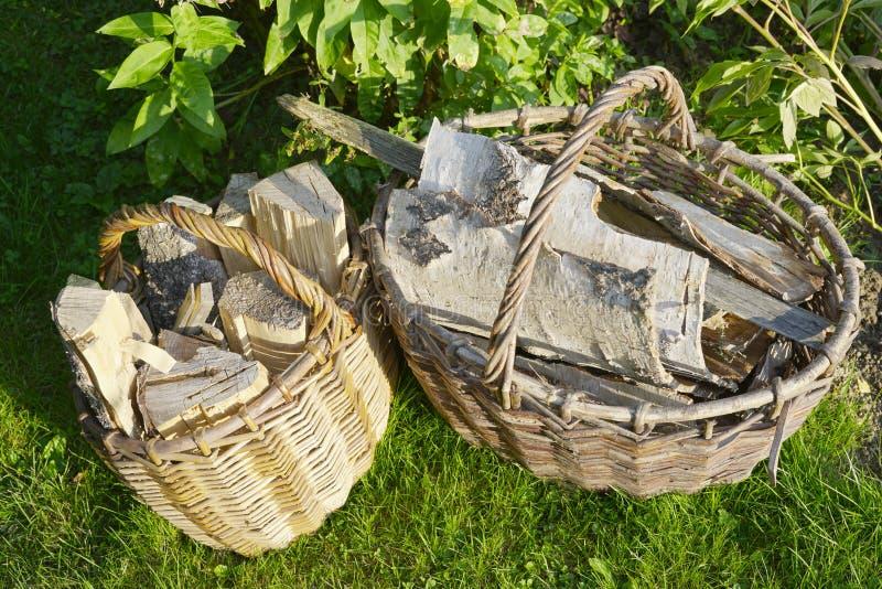 Brandhout in rieten manden stock foto's