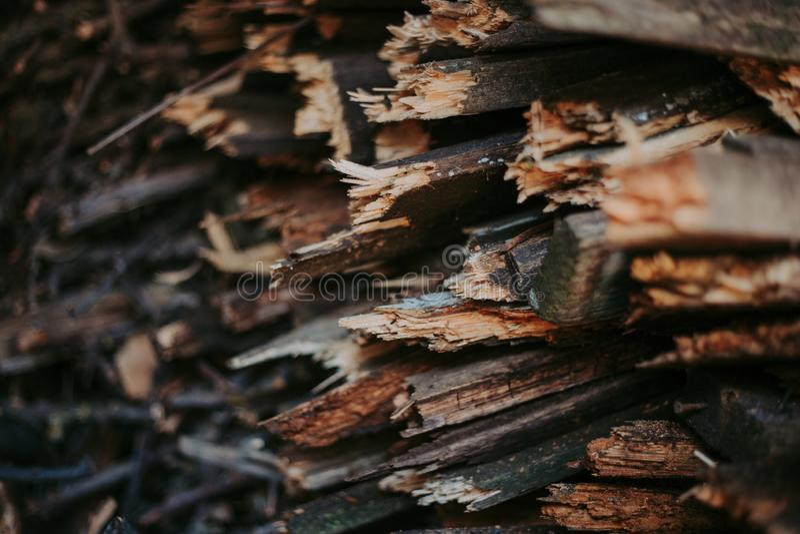 Brandhout, voor brand, in een vlakke stapel wordt gestapeld die Muurbrandhout stock fotografie
