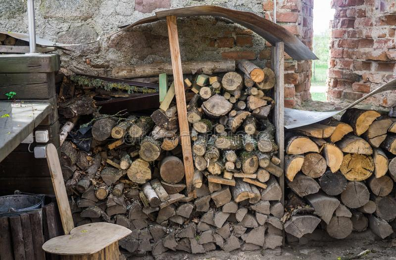 Brandhout voor het braden van vlees in de yard royalty-vrije stock afbeeldingen