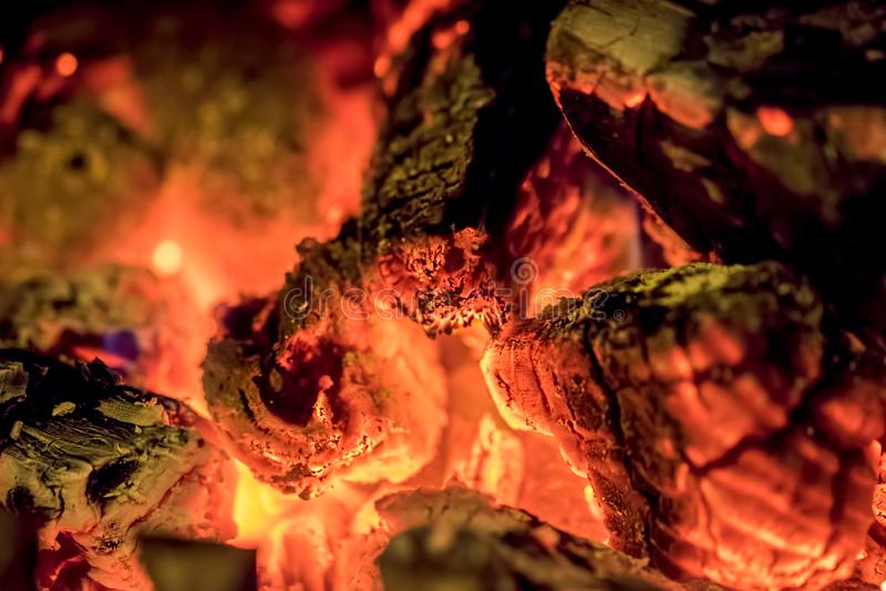 Brandhoutsintels in close-up Abstracte brandachtergrondafbeelding stock fotografie