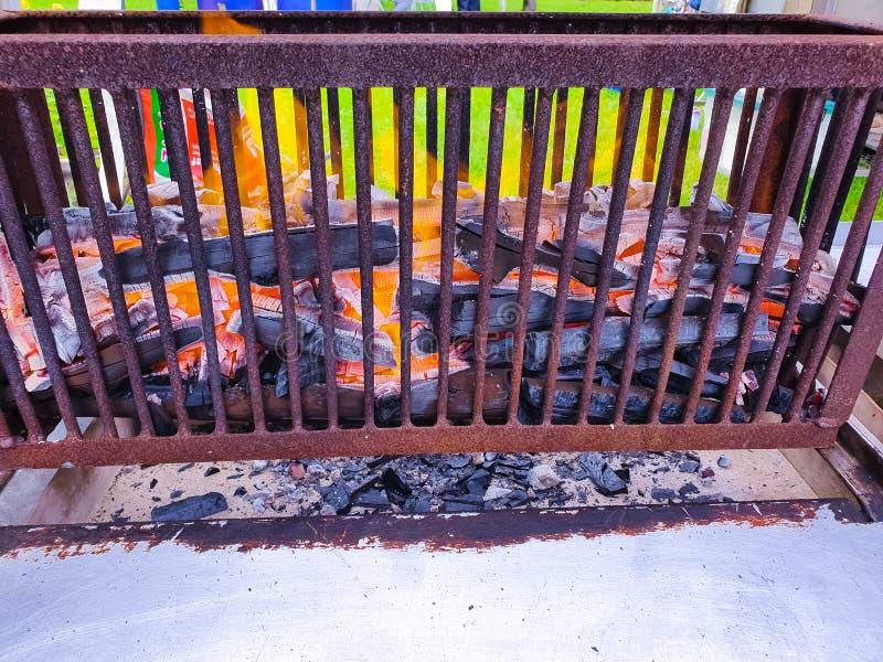Brandhoutskool in fornuis voor het koken van en het roosteren van voedsel of barbecue royalty-vrije stock foto