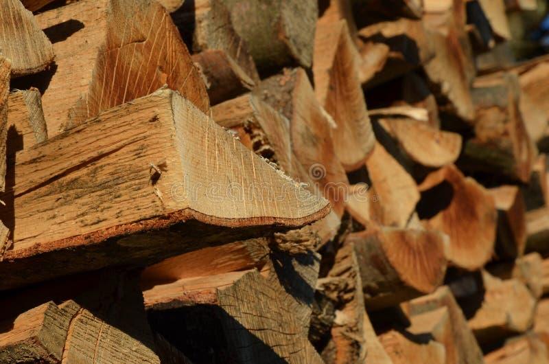 Brandhoutstapel met individueel logboek stock foto's