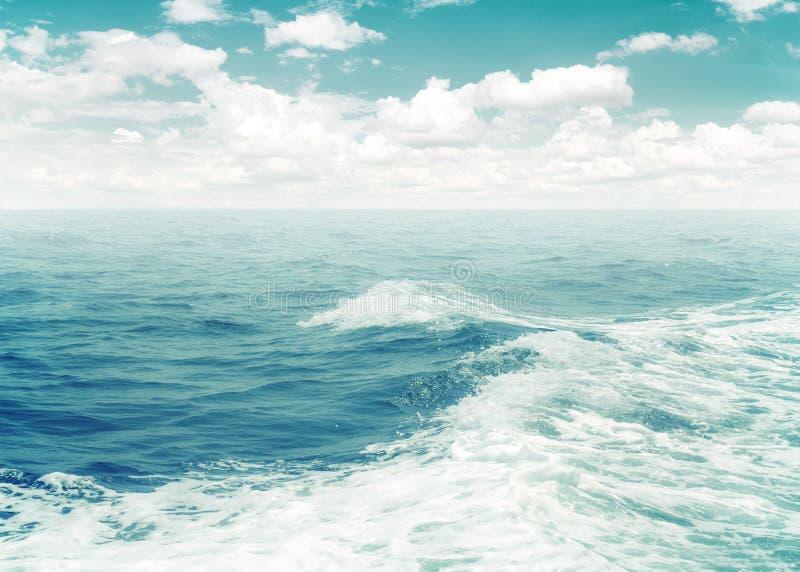 Branding van waterschuim van boot in oceaan stock afbeelding