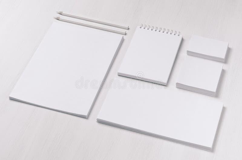 Brandinggeschäftsspott oben des weißen leeren Briefpapiers eingestellt auf den hellen weichen weißen hölzernen Hintergrund, genei lizenzfreie stockfotografie