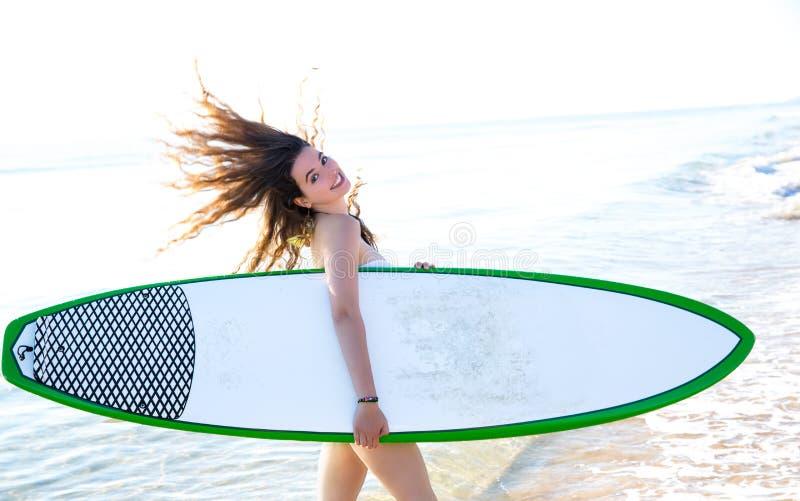 Brandingsmeisje met surfplank in strandkust royalty-vrije stock afbeelding