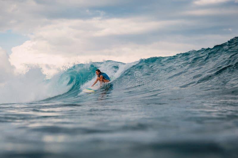 Brandingsmeisje op surfplank Vrouw in oceaan tijdens het surfen stock foto