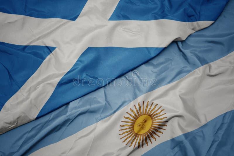 brandissant le drapeau coloré de l' argentine et le drapeau national de l' écosse image stock
