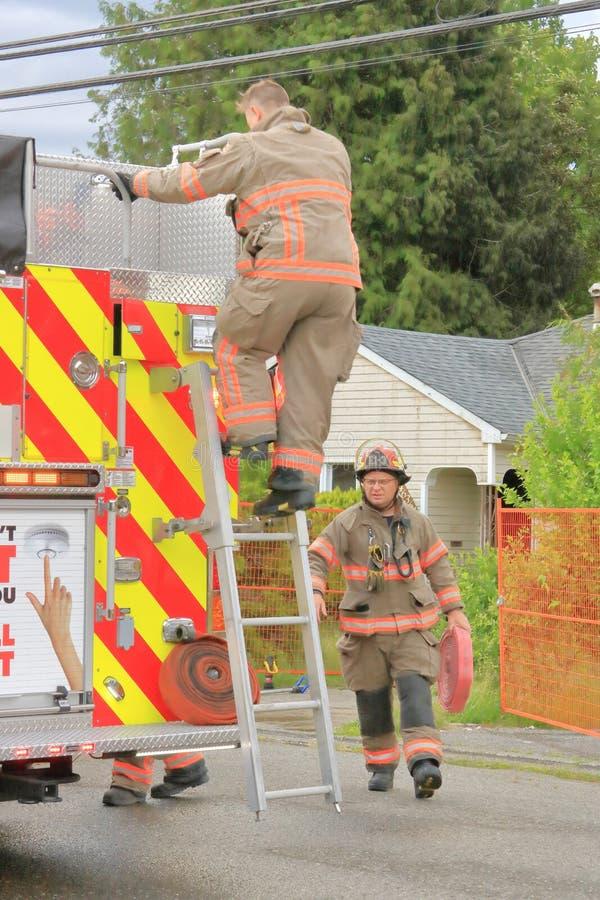 Brandkämpar och hem- brand i Chilliwack arkivbild