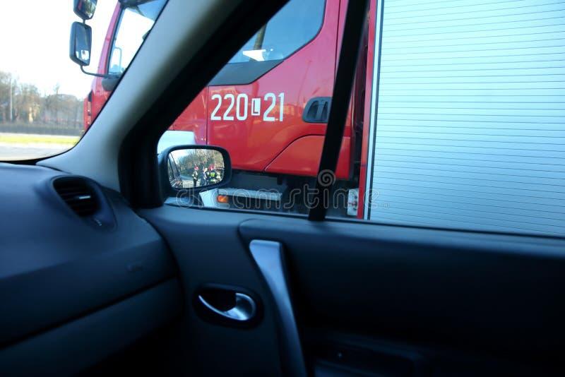 Brandkår i handling under en bilolycka och på vägen arkivbilder