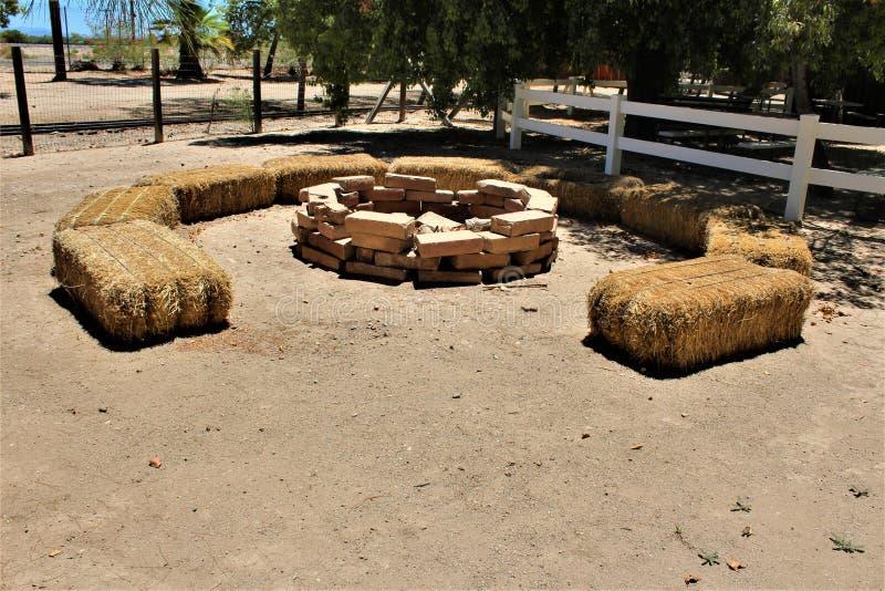 Brandkuil met balen van hooiplaatsing, Koningin Creek, Arizona, Verenigde Staten royalty-vrije stock foto's