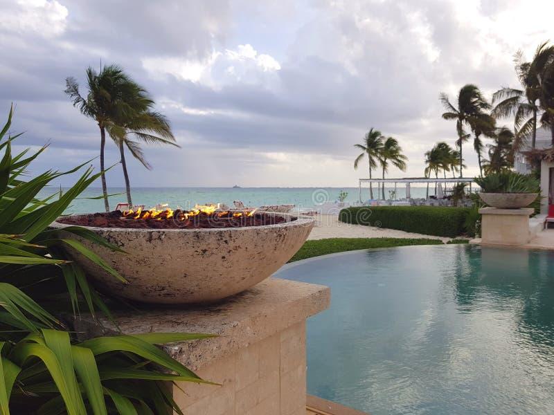 Brandkuil naast een oneindigheidspool in het strand in het Eiland Nassau, de Bahamas stock foto