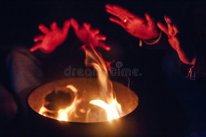 Brandläger med händer känn sig så bra, i att frysa kallt väder i natten på Lachen i norr Sikkim, Indien arkivfoton
