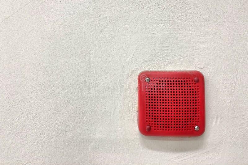 Brandlarmet monterade på cementväggen för varna och säkerhetssystem royaltyfri bild