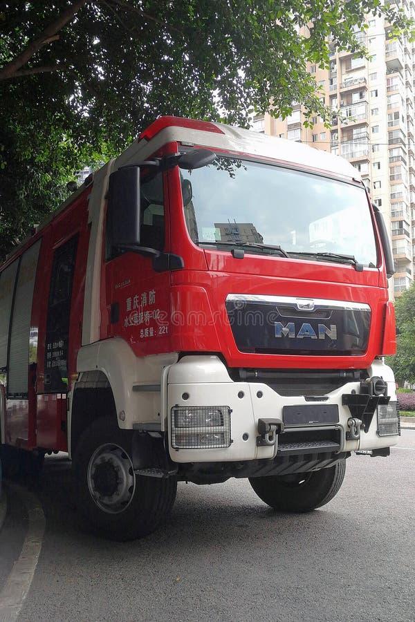Brandlastbil i gata royaltyfria bilder