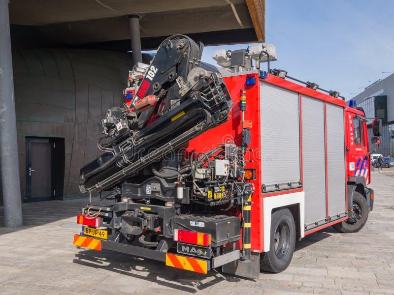 Brandlastbil med kranen arkivbild