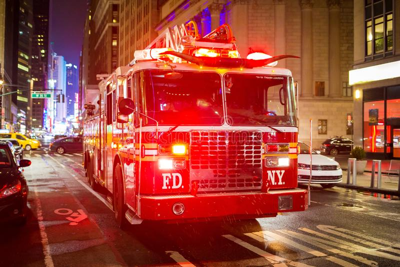 Brandlastbil med nöd- ljus på gatan royaltyfri fotografi
