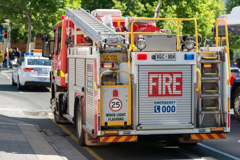 Brandlastbil och polisbil arkivfoto