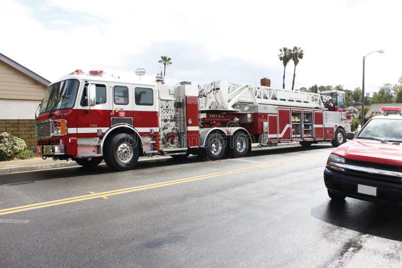 Brandlastbil och stege på gatan royaltyfri bild