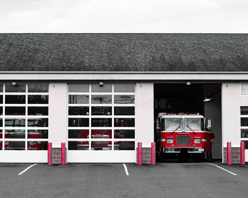 Brandlastbil på stationen arkivfoto