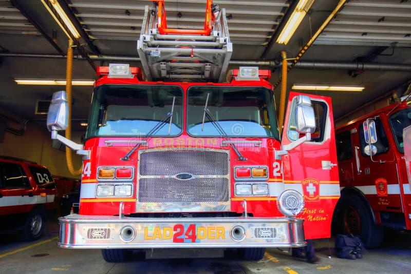Brandlastbil som är klar att reagera till nödläget royaltyfri fotografi