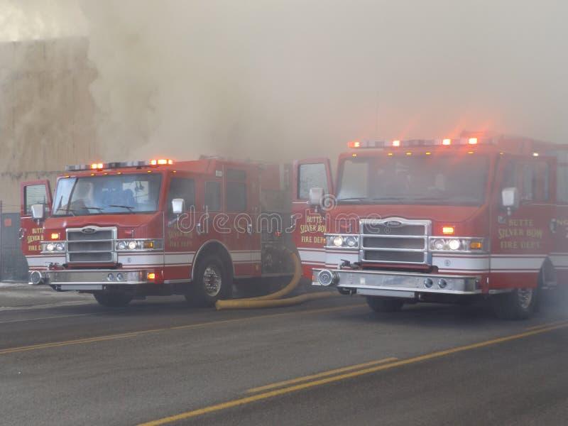 Brandlastbilar i det tjockt av röken fotografering för bildbyråer