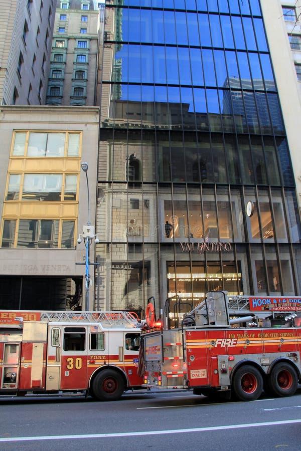 Brandlastbilar parkerade den utvändiga skyskrapan på Fifth Avenue, NYC, 2015 royaltyfri foto