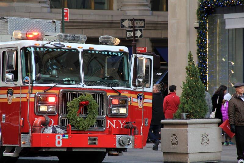 Brandlastbilar som svarar appell, med samlat folk, Fifth Avenue, NYC, 2015 arkivfoto