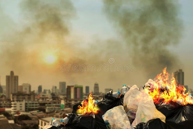 Brandlosabfallfront Stadtgemeinschaft, Mülltonnestapel Dump-Lose des brennenden Haufens Kram Verschmutzung rauchen von brennendem stockbild