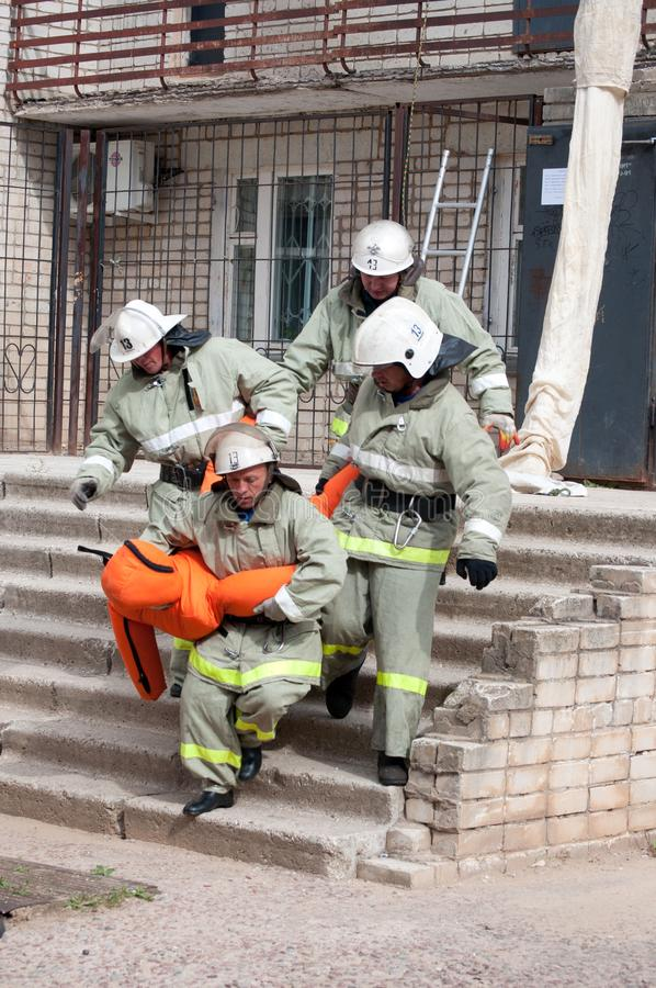 Brandmän evakuerade det sårat arkivbilder