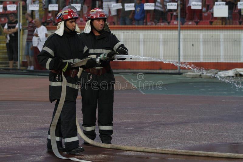 Brandmän i handling royaltyfri foto
