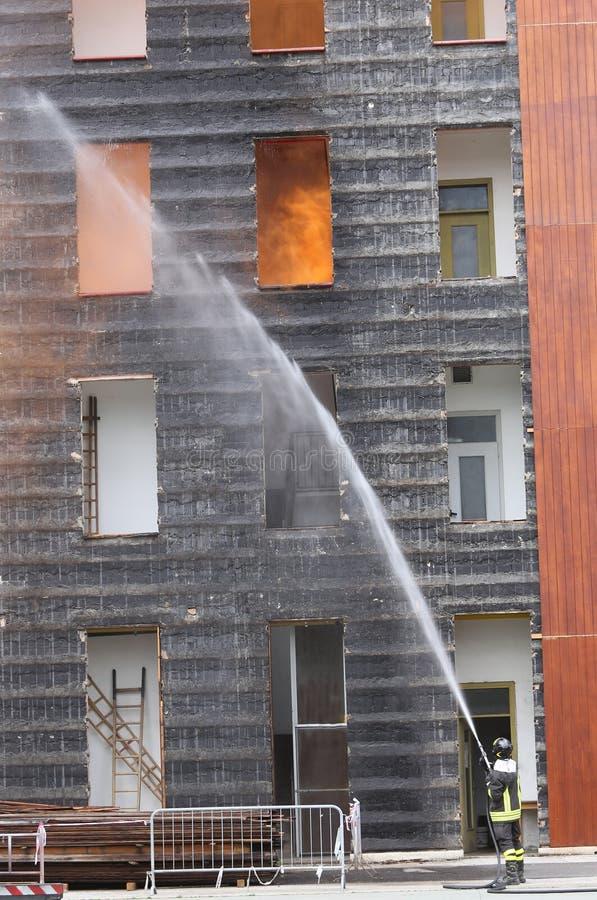 brandmän med brand under övning i brandstationen arkivbilder