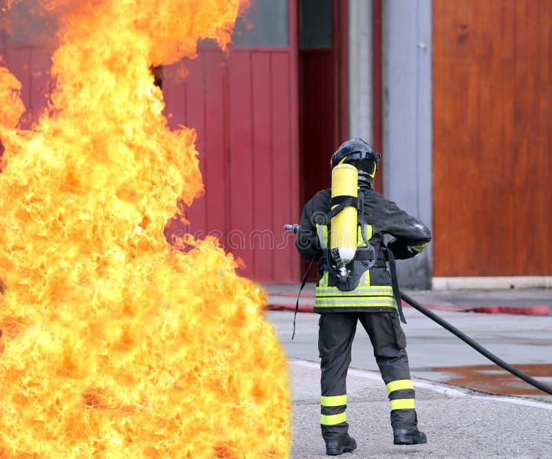 Brandmän med syreflaskor av branden royaltyfria bilder