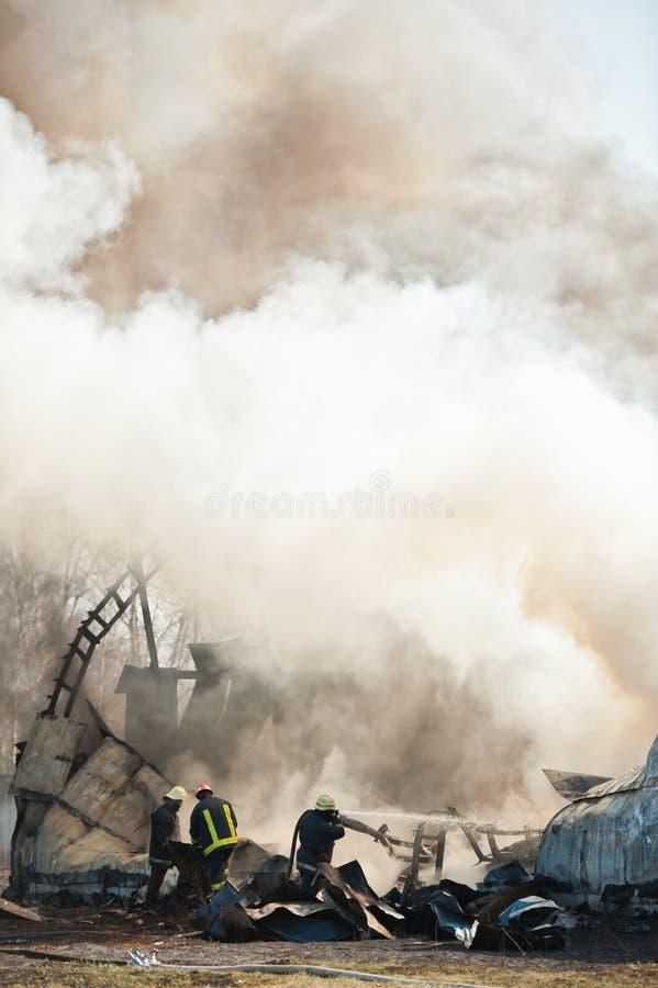 Brandmän på flygplankraschen royaltyfri bild