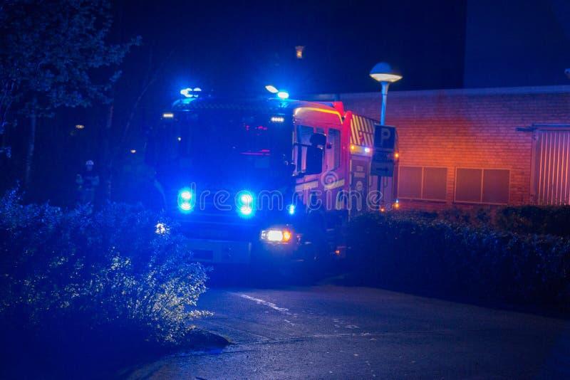 Brandmän på natten arkivfoto