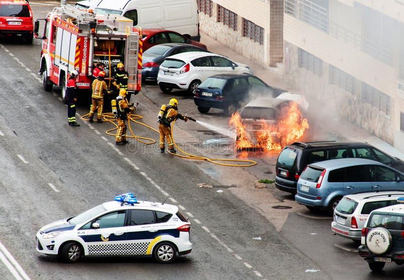 Brandmän släcker en brinnande bil, Torrevieja/Spanien-mars 15 fotografering för bildbyråer