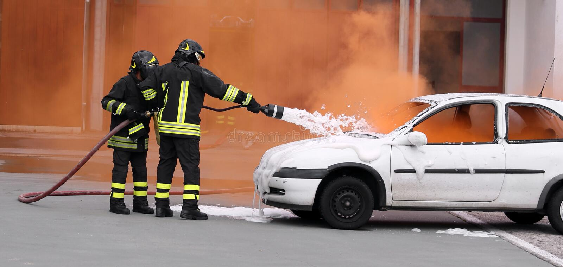 Brandmän släckte branden med skumstridighet arkivbilder