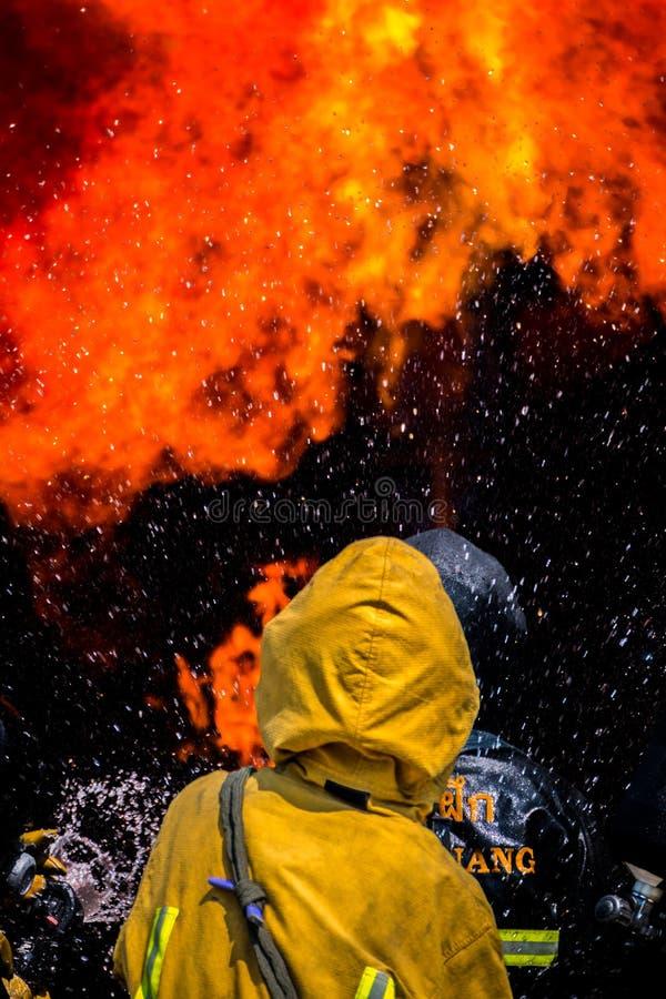 Brandmän slåss en brand Brandman utbildning royaltyfri foto