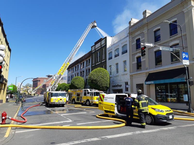 Brandmän slåss massiv brand på den Victoria's regeringgatan royaltyfria bilder