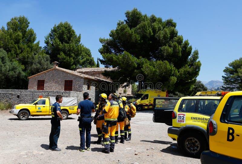 Brandmän som sammanfattar, innan att arbeta på löpeldområde i Mallorca arkivbild