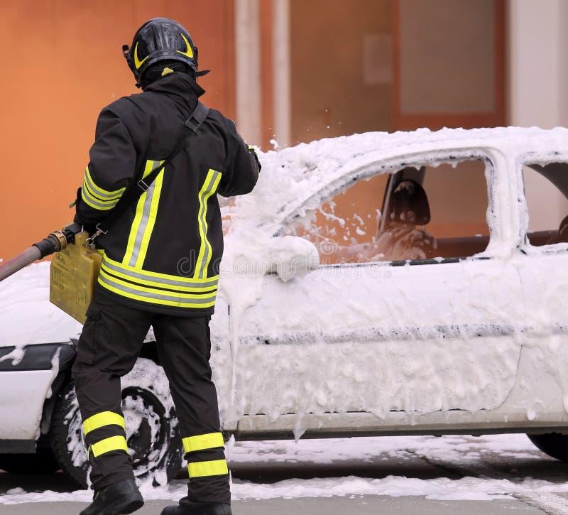 Brandmän under övningen som släcker en brand royaltyfri bild