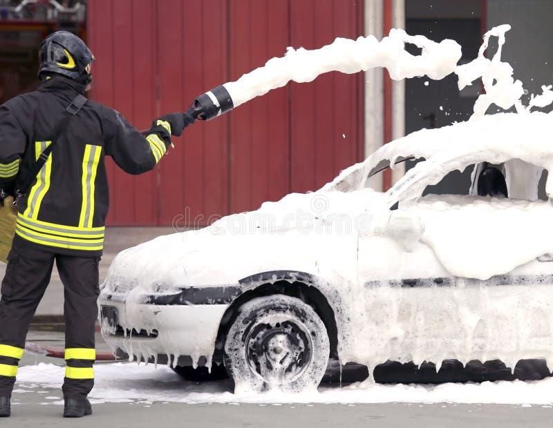 Brandmän under övningen som släcker en brand royaltyfria foton