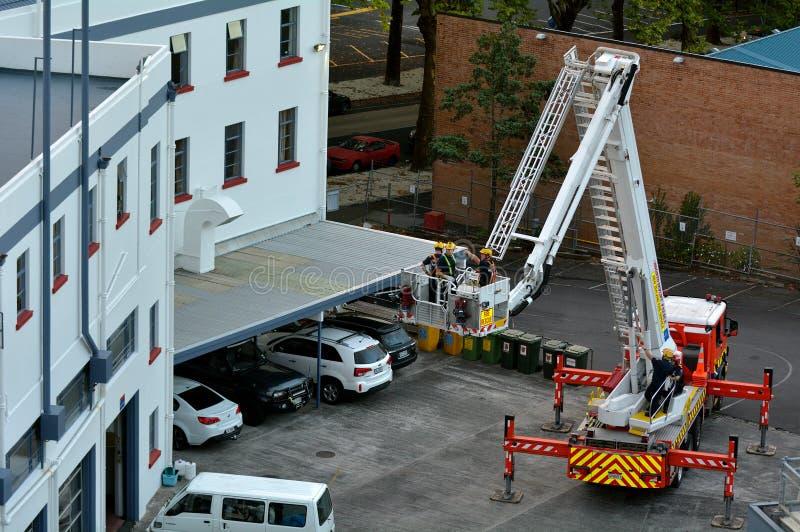 Brandmanövning på en stege för brandmotor fotografering för bildbyråer