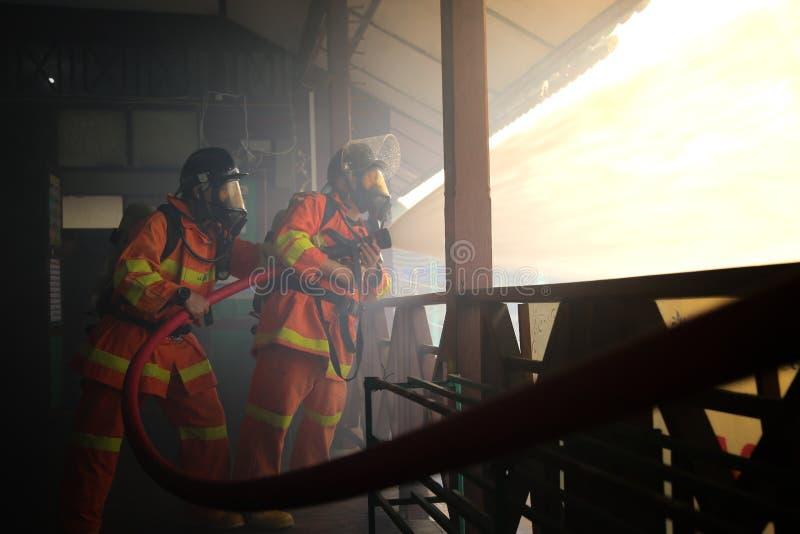 Brandman i handling arkivbilder