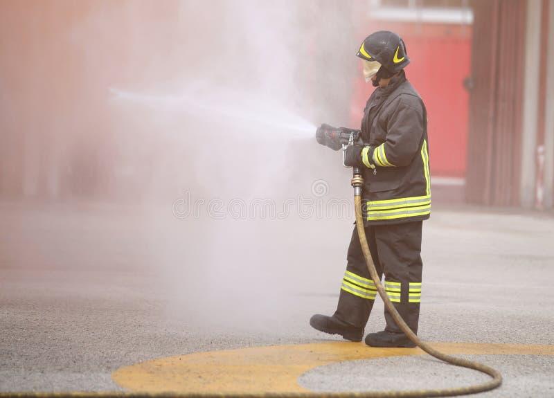 brandman i handling med skum arkivbilder