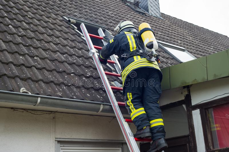 Brandman i handling och att släcka lägenhetbrand - Serie brandman royaltyfri foto