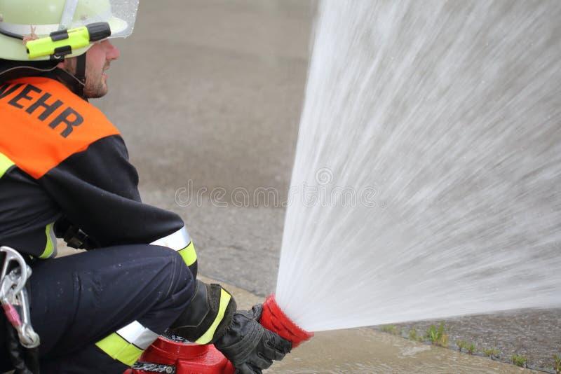 Brandman med lancen för bildskärmvattenkanonsprej royaltyfri foto
