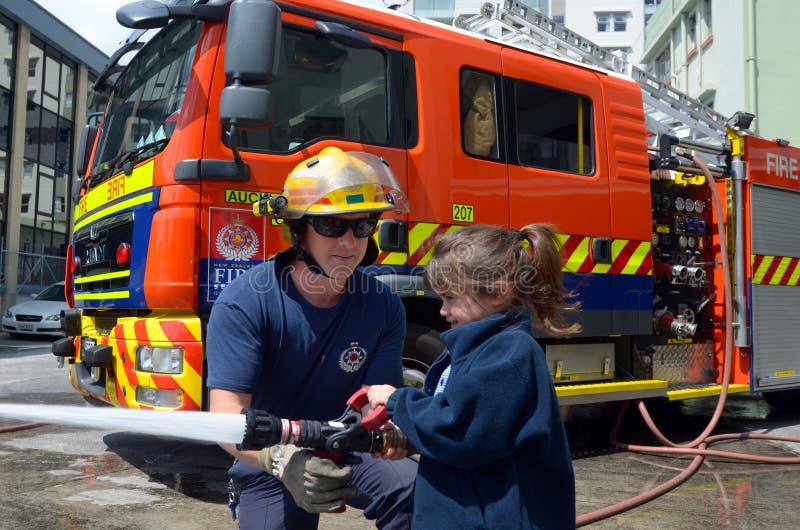 Brandman och barn royaltyfri bild
