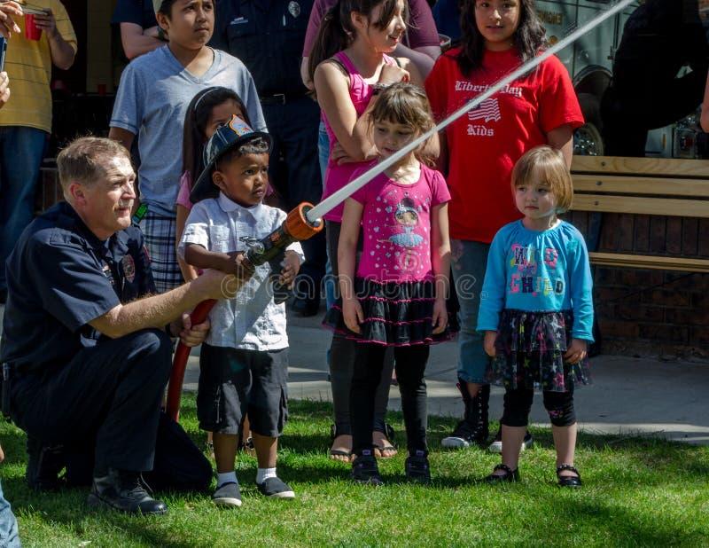 Brandman- och barnbrandkämpe royaltyfria foton
