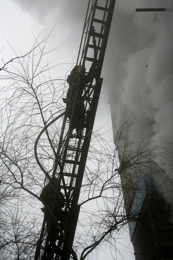 Brandman på trappan arkivfoto